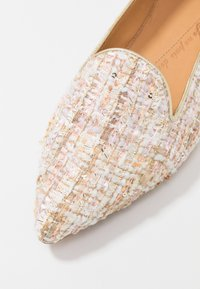 Chatelles - QUENTIN POINTY - Nazouvací boty - pastel beige/gold/pink - 2