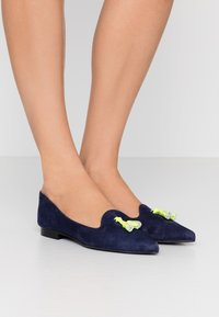 Chatelles - FRANÇOIS POINTY TASSELS - Baleríny - navy/neon yellow - 0