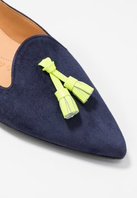 Chatelles - FRANÇOIS POINTY TASSELS - Baleríny - navy/neon yellow - 2