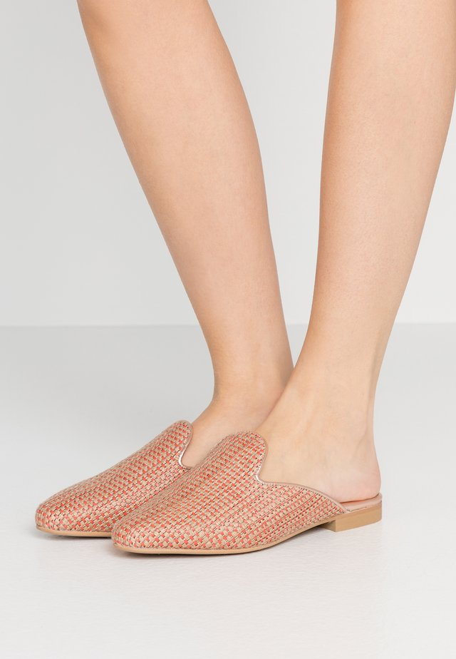 MULES  - Matalakantaiset pistokkaat - coral/rose gold