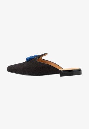 HOMÈRE TASSELS - Pantofle - black/blue