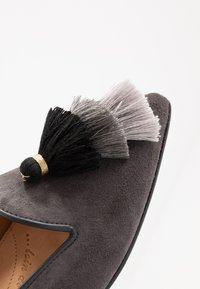 Chatelles - POINTY TRIPLE TASSEL - Nazouvací boty - grey - 2