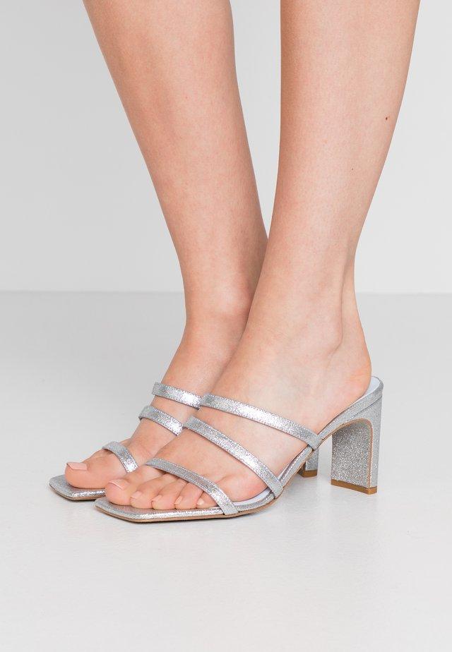 BLONDIE - Pantofle na podpatku - glitter silver