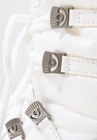 CHIARA FERRAGNI - Šněrovací kotníkové boty - white - 2