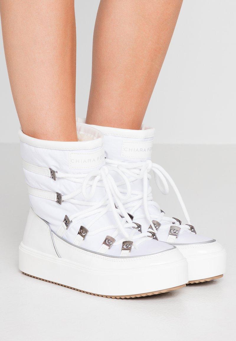CHIARA FERRAGNI - Šněrovací kotníkové boty - white