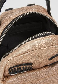 CHIARA FERRAGNI - FLIRTING GLITTER MINI BACK PACK - Batoh - gold - 5