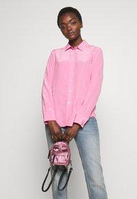 CHIARA FERRAGNI - FLIRTING GLITTER MINI BACK PACK - Batoh - pink - 1