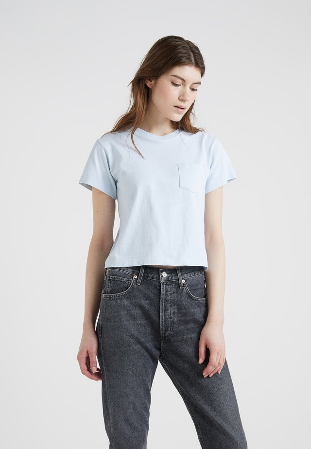 GRACE POCKET TEE - T-shirt - bas - cloud