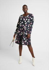 Ciso - FLORAL PRINT DRESS WITH SPORTS TRIM - Denní šaty - black - 2