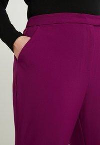 City Chic - EXCLUSIVE PANT MRS DRAPER - Kalhoty - magenta - 4