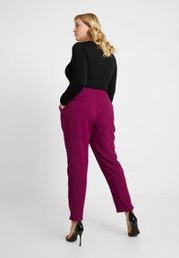 City Chic - EXCLUSIVE PANT MRS DRAPER - Kalhoty - magenta - 2