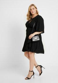 City Chic - EXCLUSIVE DRESS JOLIE WRAP - Denní šaty - black - 2