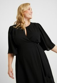 City Chic - EXCLUSIVE DRESS JOLIE WRAP - Denní šaty - black - 4