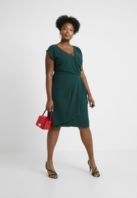 City Chic - EXCLUSIVE DRESS CLASSIC WRAP - Denní šaty - jade - 2