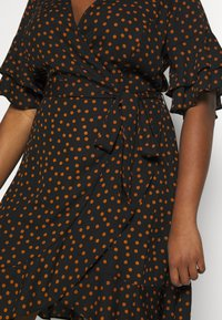 City Chic - DRESS AMBER SPOT - Robe d'été - amber