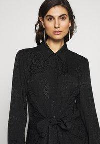 City Chic - DRESS BROCADE TWIST - Denní šaty - black - 3