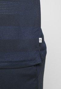 Calvin Klein Golf - SHADOW STRIPE - Funkční triko - navy - 5