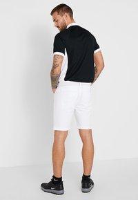 Calvin Klein Golf - GENIUS TROUSERS - Sportovní kraťasy - white - 2
