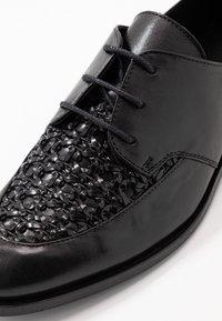 Cosmoparis - ELENAGE - Lace-ups - noir - 2