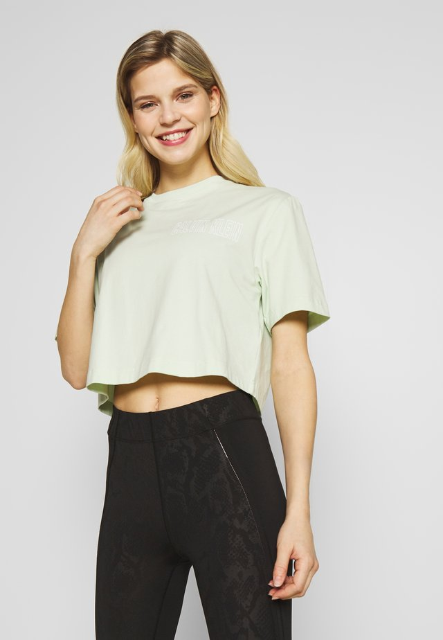 CROPPED SHORT SLEEVE  - T-Shirt print - green