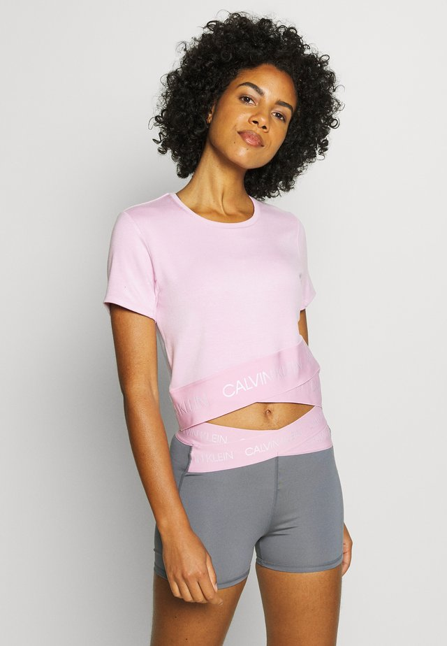 CROPPED SHORT SLEEVE - T-shirts med print - pink