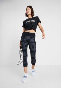 Calvin Klein Performance - CROP LENGTH PRINT  - Collant - black - 1