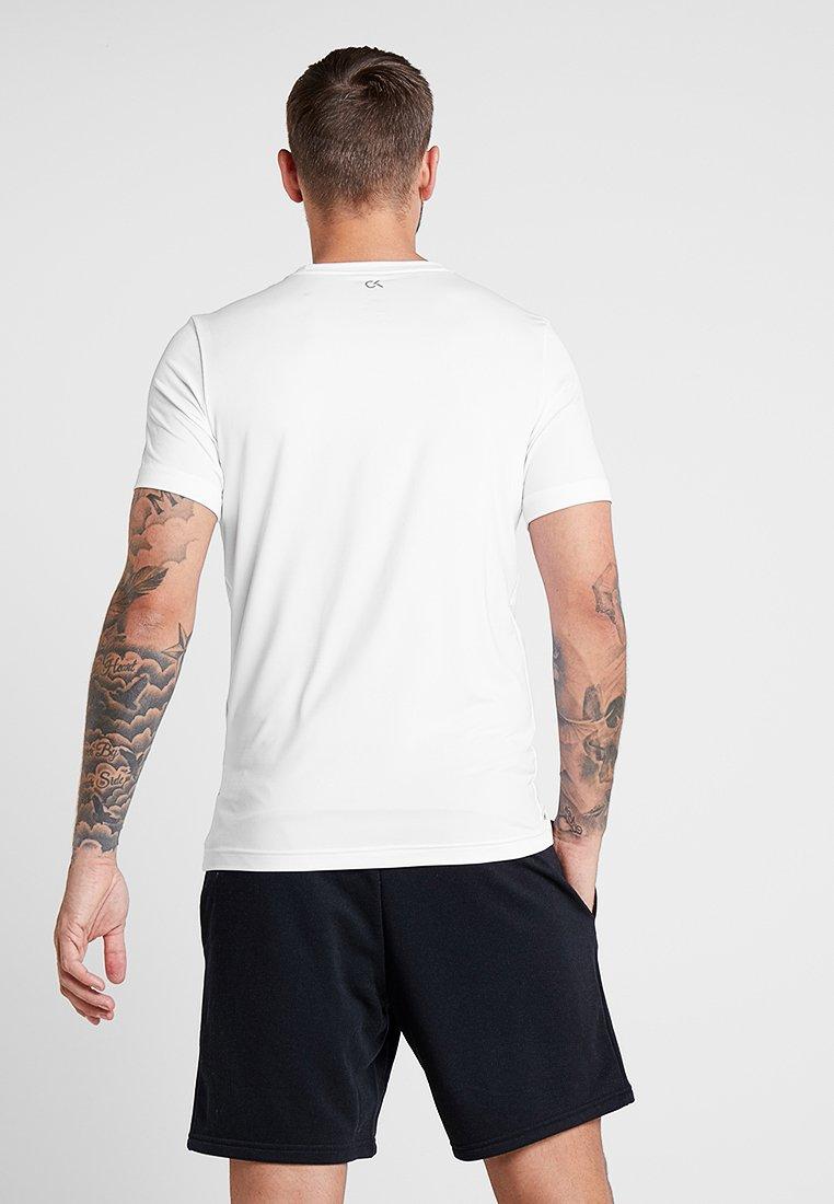 White Sleeve Short shirt Bright Klein Calvin Logo black Performance TeeT Imprimé Y7fyb6g