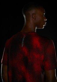 Calvin Klein Performance - SHORT SLEEVE  - T-shirt con stampa - red - 5