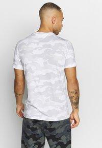 Calvin Klein Performance - PERFECT WORKOUT - Print T-shirt - white - 2