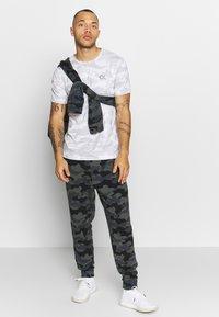 Calvin Klein Performance - PERFECT WORKOUT - Print T-shirt - white - 1