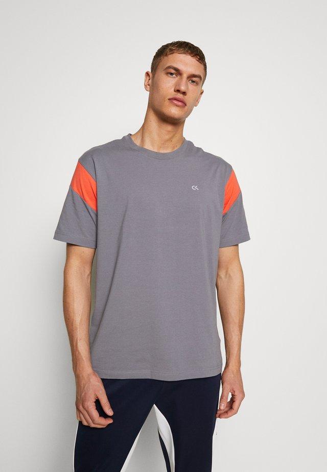 SHORT SLEEVE - Print T-shirt - grey