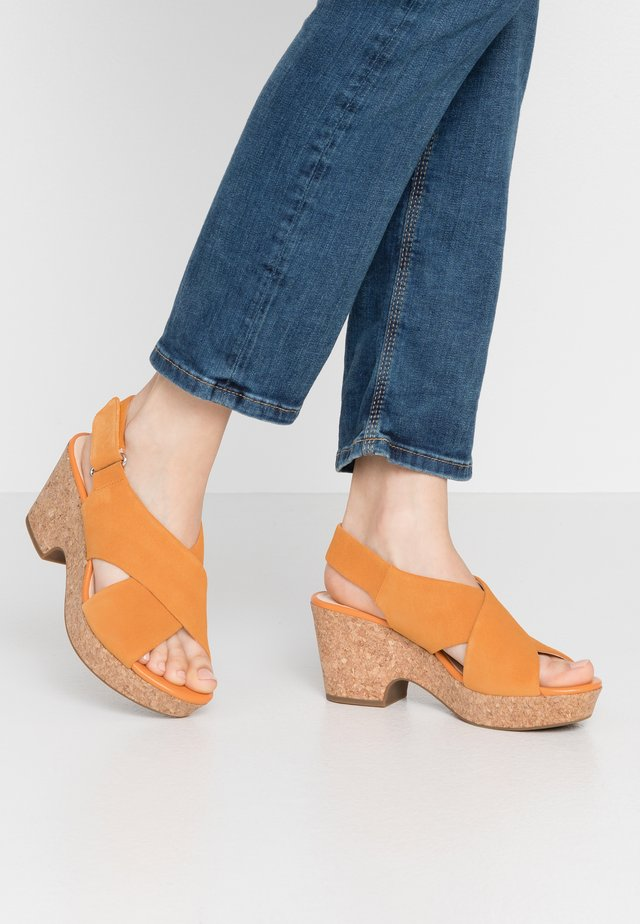 MARITSA LARA - Sandalias con plataforma - amber
