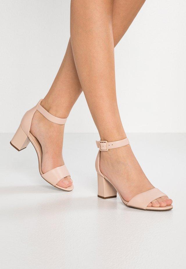 DEVA MAE - Sandály - nude