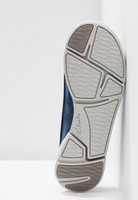 Clarks - TRI CLARA - Sznurowane obuwie sportowe - navy - 6