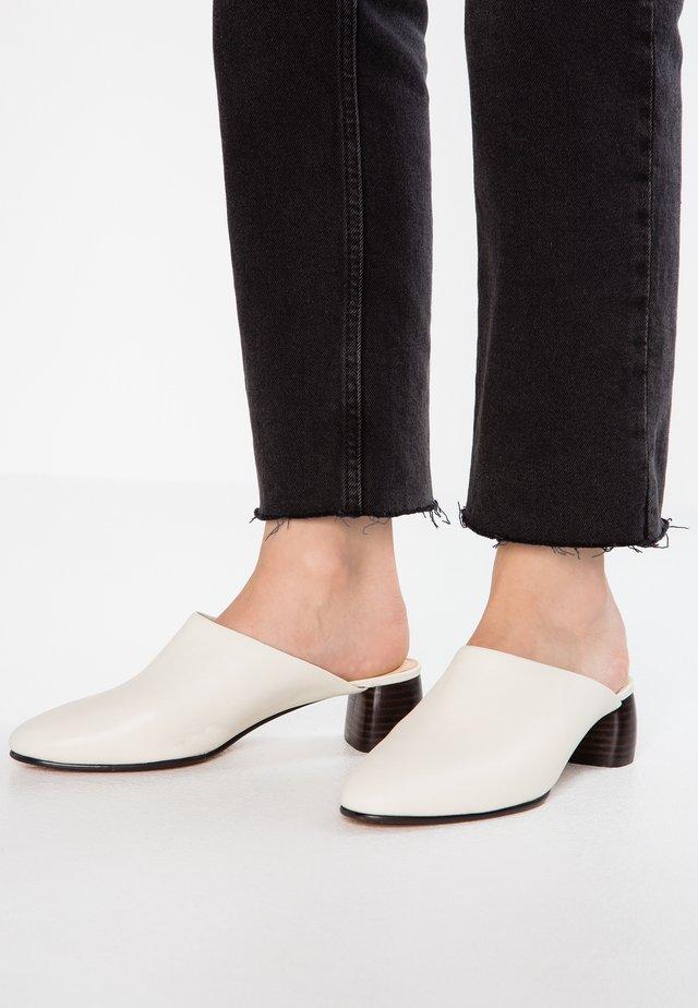 GRACE BLUSH - Sandalias planas - white