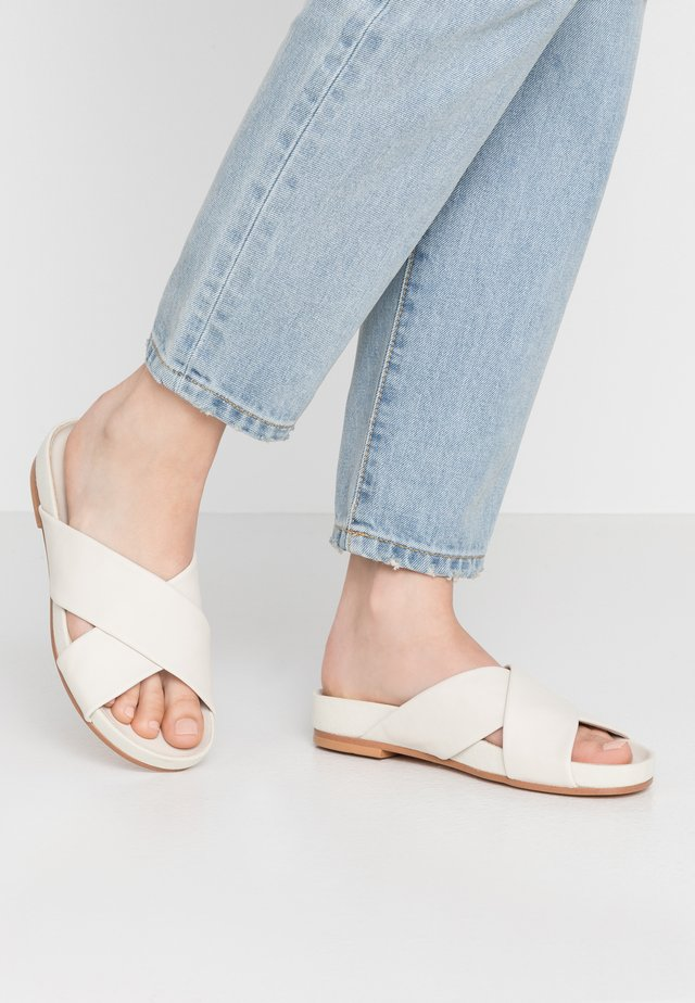 PURE CROSS - Sandalias planas - white