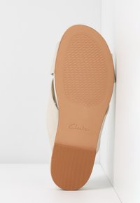 Clarks - PURE CROSS - Klapki - white - 6