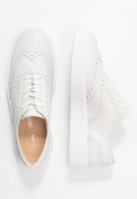 Clarks - HERO BROGUE - Chaussures à lacets - white - 3