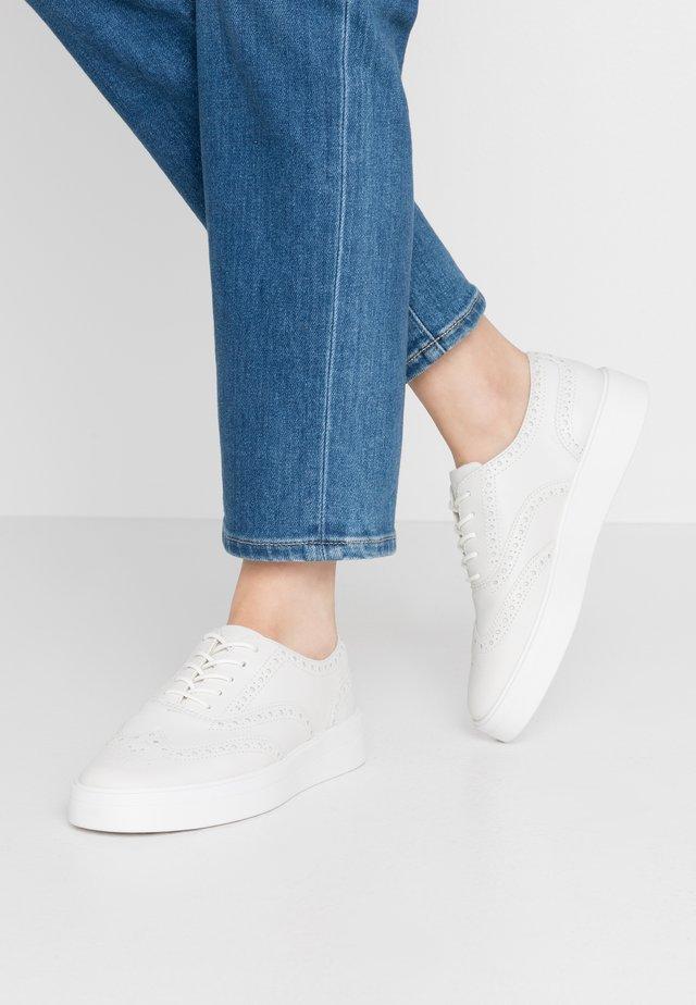 HERO BROGUE - Zapatos con cordones - white