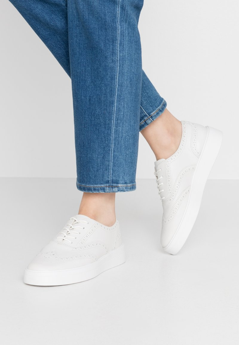 Clarks - HERO BROGUE - Chaussures à lacets - white