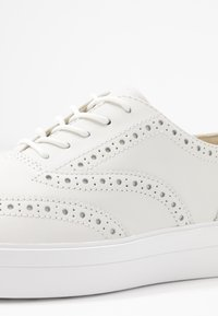 Clarks - HERO BROGUE - Chaussures à lacets - white - 2