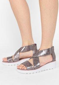 Clarks - Sandalen met sleehak - zinn-metallic - 0
