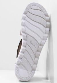 Clarks - Sandalen met sleehak - zinn-metallic - 5