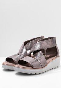 Clarks - Sandalen met sleehak - zinn-metallic - 3