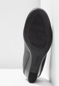 Clarks - FLORES TULIP - Escarpins compensés - black - 6