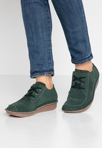 Clarks Unstructured - FUNNY DREAM - Stringate sportive - forest green - 0