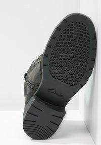 Clarks - ORINOCO SPICE - Šněrovací kotníkové boty - black - 4