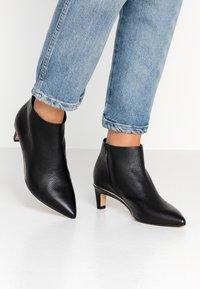 Clarks - ELLIS EDEN - Kotníková obuv - black - 0