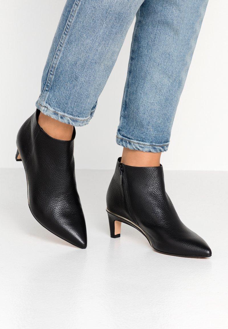 Clarks - ELLIS EDEN - Kotníková obuv - black