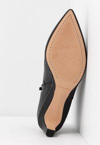 Clarks - ELLIS EDEN - Kotníková obuv - black - 6